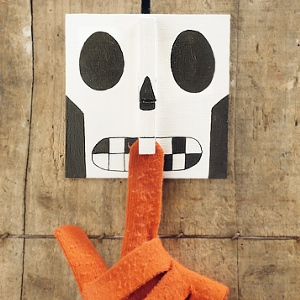 Halloween craft clothespin skull bite